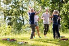 Freund-Geben hoch--Fünf nachdem dem Spielen mit Bausteinen auf F Lizenzfreies Stockbild