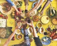 Freund-Glück, das Dinning Essenkonzept genießt Lizenzfreie Stockfotografie