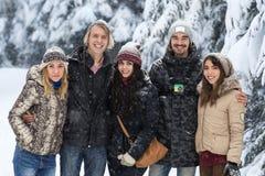 Freund-Gruppen-Schnee-Forest Happy Smiling Young People-Gehen im Freien lizenzfreies stockfoto