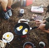 Freund-kampierendes Morgen-Frühstück, das Konzept kocht lizenzfreie stockbilder