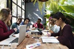 Freund-Leute-Gruppen-Teamwork-Verschiedenartigkeit stockbilder