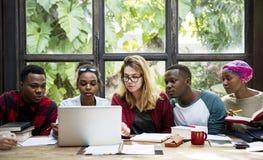 Freund-Leute-Gruppen-Teamwork-Verschiedenartigkeit stockfotos