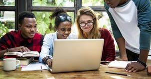 Freund-Leute-Gruppen-Teamwork-Verschiedenartigkeit lizenzfreies stockbild