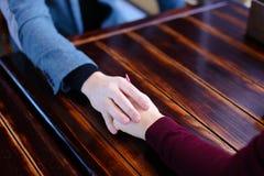 Freund möchten Freundinangebot von der Hand und vom Herzen im fav machen Stockbilder