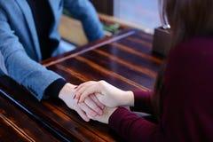 Freund möchten Freundinangebot von der Hand und vom Herzen im fav machen Lizenzfreie Stockfotografie