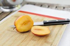 Freund-Pluot geschnittenes offenes mit einem Messer lizenzfreies stockbild