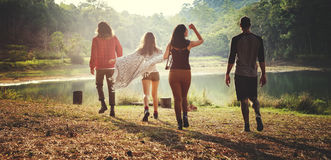 Freund-reisende Zusammengehörigkeit, die Gebirgsfluss wandert stockfoto