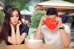 Freund verwirrt mit seinem Valentine Gift lizenzfreies stockbild