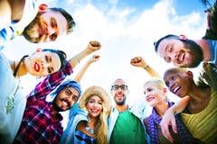 Freund-Wirrwarr schließen sich Urlaubsparty-Gruppen-Konzept an stockfoto