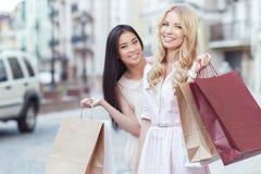 Freund zwei, der Spaß am Einkaufen hat Stockfoto