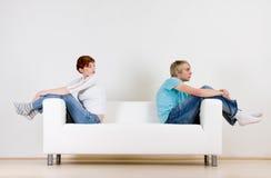 Freunde auf Couch Stockfotografie