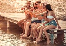 Freunde auf dem Meer stockbild