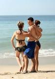 Freunde auf dem Strand Stockbilder