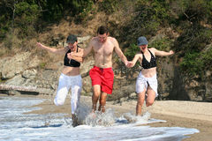 Freunde auf dem Strand Lizenzfreie Stockfotos