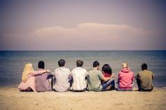 Freunde auf dem Strand stockfotos
