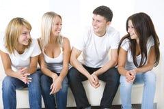 Freunde auf einer Couch Lizenzfreie Stockbilder