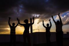 Freunde auf einer Dachspitze Lizenzfreies Stockfoto