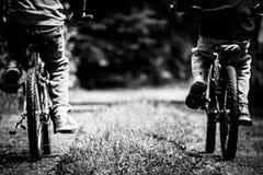 Freunde auf Fahrrädern Lizenzfreies Stockfoto