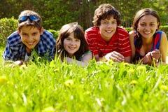 Freunde auf Gras Stockfotografie
