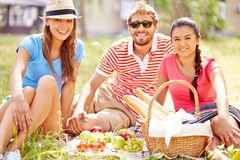 Freunde auf Picknick Lizenzfreie Stockfotos