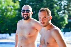 Freunde auf Pool lizenzfreies stockfoto