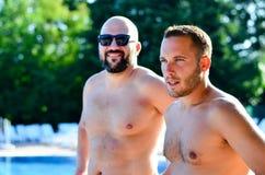 Freunde auf Pool lizenzfreies stockbild