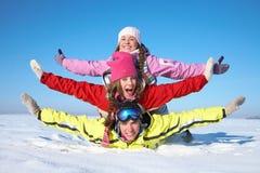 Freunde auf Winterrücksortierung Stockfotos