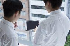 Freunde besprechen zwei Männer während eines Arbeitsbruches Stockfotografie