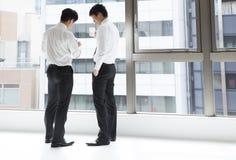 Freunde besprechen zwei Männer während eines Arbeitsbruches Stockbild