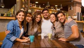 Freunde am Café stockfoto