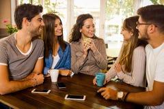 Freunde am Caf? lizenzfreies stockfoto