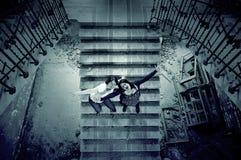 Freunde in defekter Treppe Stockfotos