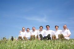 Freunde in den weißen T-Kurzschlüssen Lizenzfreies Stockbild