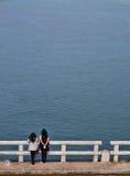 Freunde an der Brücke Lizenzfreie Stockfotografie