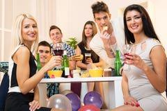 Freunde an der Hausparty Lizenzfreie Stockfotos