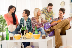 Freunde an der Hausparty Lizenzfreies Stockfoto