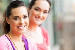 Freunde der jungen Frauen Lizenzfreie Stockfotos