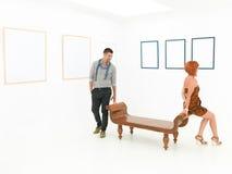 Freunde an der Kunstausstellung Lizenzfreies Stockfoto