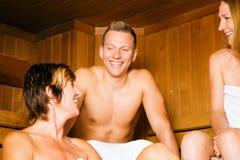 Freunde in der Sauna Lizenzfreies Stockfoto
