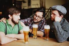 Freunde, die über Bier in der noblen Bar sich treffen Lizenzfreies Stockbild