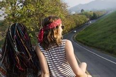 Freunde, die auf dem Dach Van Traveling Road Trips sitzen lizenzfreie stockbilder