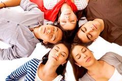 Freunde, die auf dem Fußboden schlafen Lizenzfreies Stockfoto
