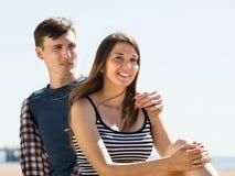 Freunde, die auf dem Strand sich entspannen Lizenzfreie Stockfotos