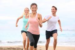 Freunde, die auf dem Strandrütteln laufen Lizenzfreies Stockbild