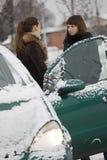 Freunde, die auf der Winterstraße sprechen lizenzfreies stockbild
