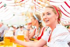 Freunde, die bayerisches Bier bei Oktoberfest trinken stockfoto