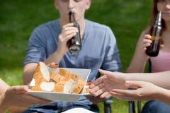 Freunde, die Bier auf Grillpartei trinken Stockbild