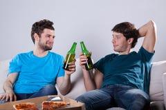 Freunde, die Bier trinken Stockfotos