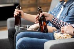 Freunde, die Bier trinken Lizenzfreies Stockfoto
