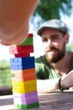 Freunde, die Blockspiel spielen Stockfoto
